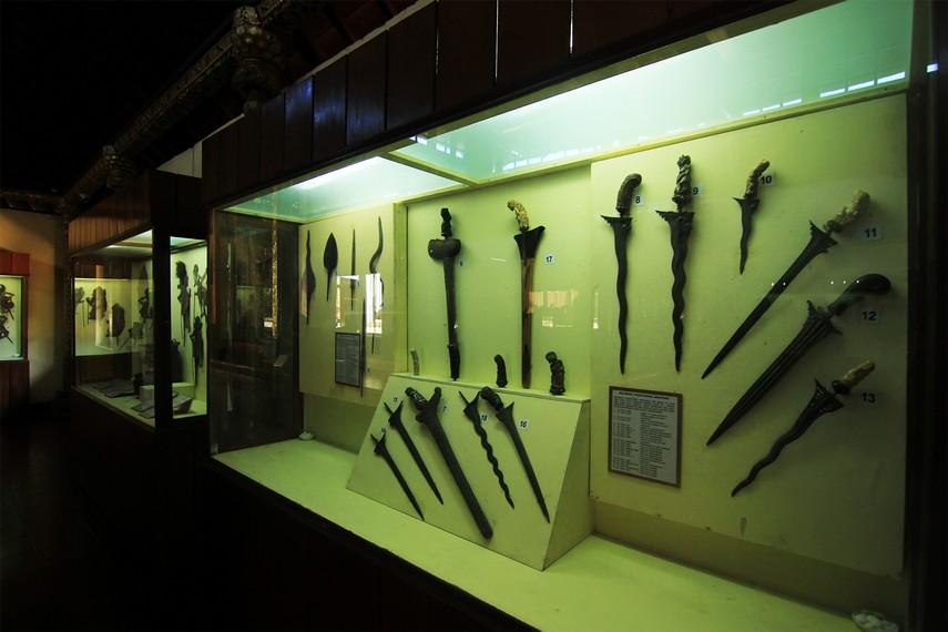 Sejumlah koleksi sakral yang dipamerkan di Gedung Tabanan, di antaranya keris dan wayang