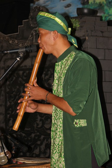 Garapan musik yang mengiringi tari Ambarang diadopsi dari musik Jaranan Serentewe