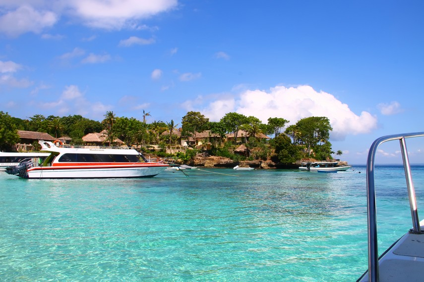 Pantai Mushroom Bay, salah satu pusat pariwisata di Nusa Lembongan