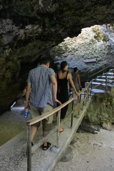 Jembatan batu ini menghubungkan area kios-kios dengan kafe yang berada di atas tebing
