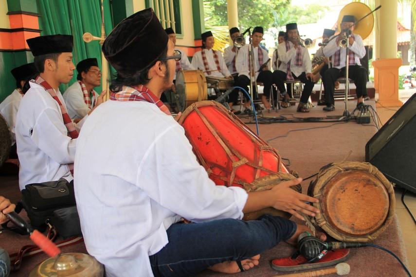 Perpaduan antara tanji dan topeng ditandai dengan penambahan alat musik berupa gendang, gong, dan alat musik gesek