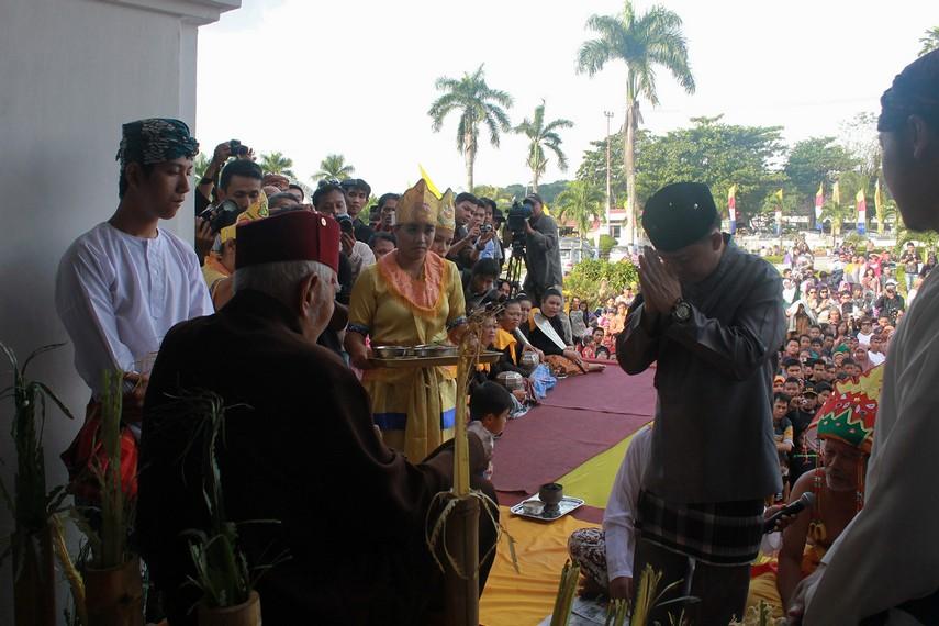 Suasana pelataran luar keraton dipadati masyarakat yang menyaksikan upacara beluluh