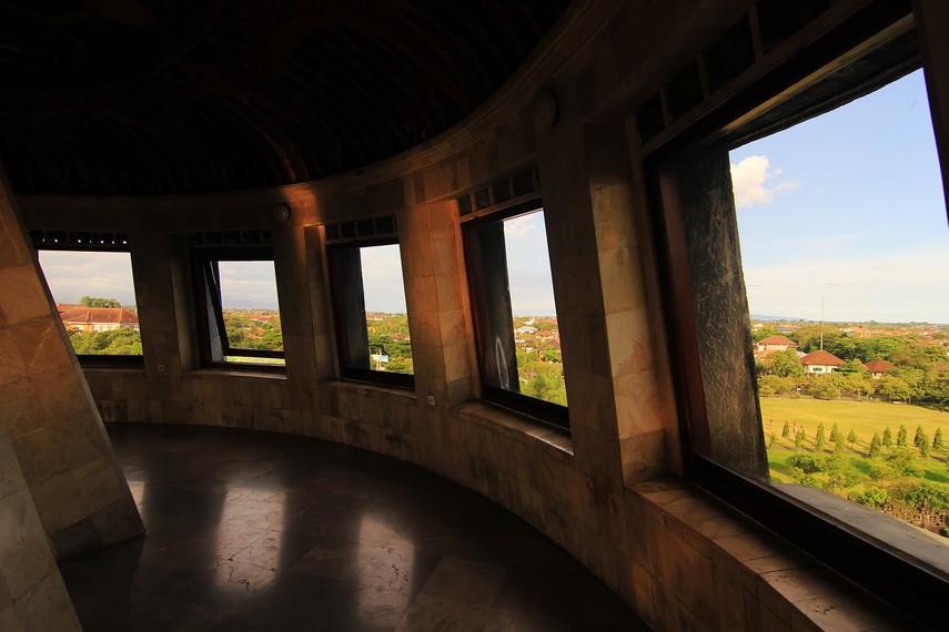 Panorama Kota Denpasar dari ruangan di atas monumen