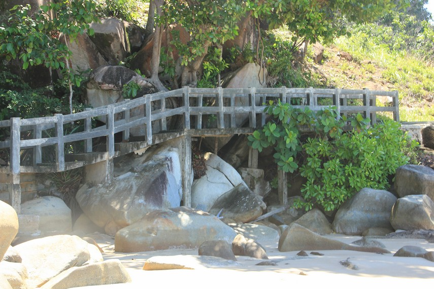 Jembatan kayu yang menjadi penghubung antara pantai dan hutan di sebelah kiri Pantai Tanjung Batu