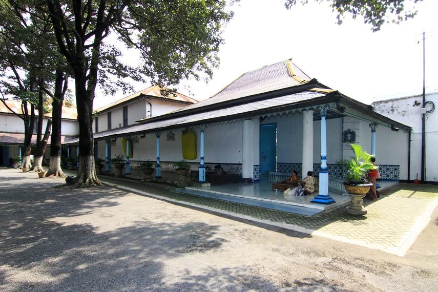 Keraton Surakarta dibuka untuk umum setiap hari, kecuali Hari Jumat. Hari Senin-Kamis jam 08.30-14.00 WIB, Hari Sabtu-Minggu jam 08.30-13.00 WIB