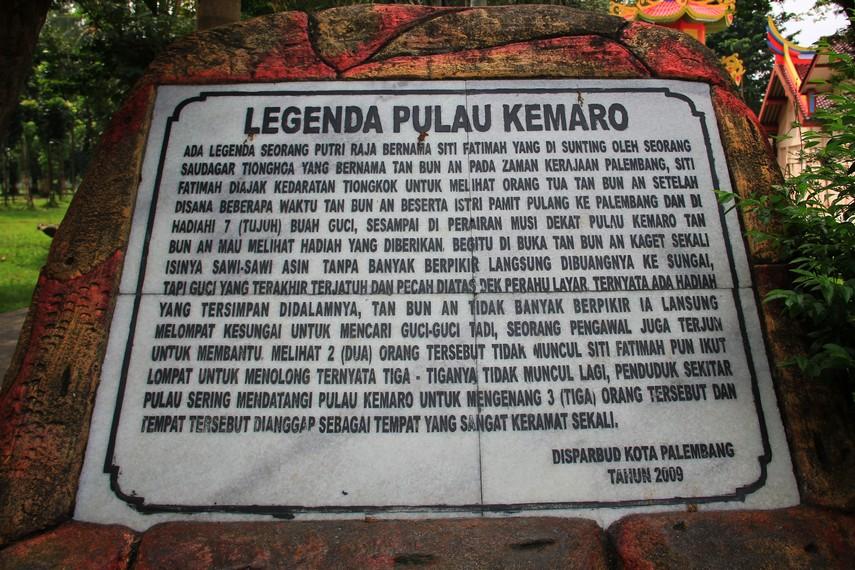 Legenda Pulau Kemaro yang terpampang di salah satu sudut pulau ini yang dapat dibaca oleh pengunjung