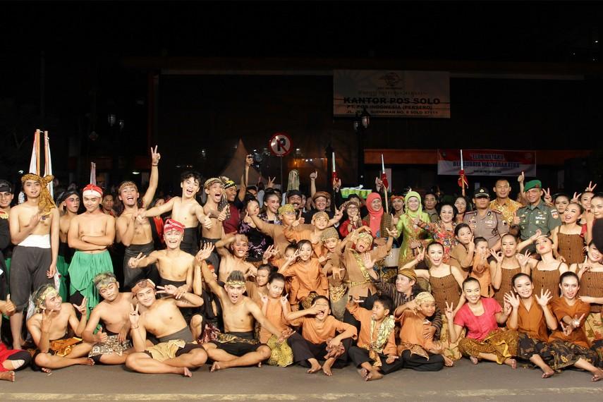 Para pendukung acara yang ikut meramaikan Solo Karnaval pun mendapat sambutan hangat dari masyarakat