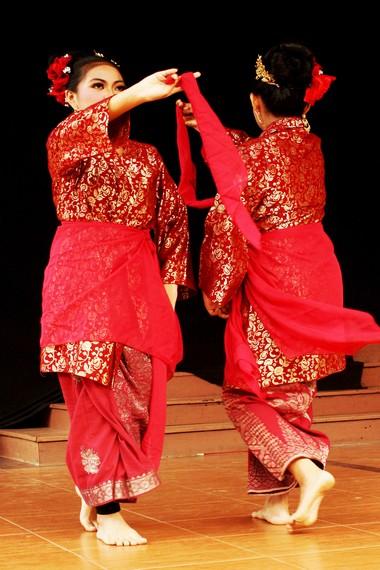 Penari serampang dua belas umumnya mengenakan baju berwarna cerah dan bagian bawahnya dilapisi oleh kain satin