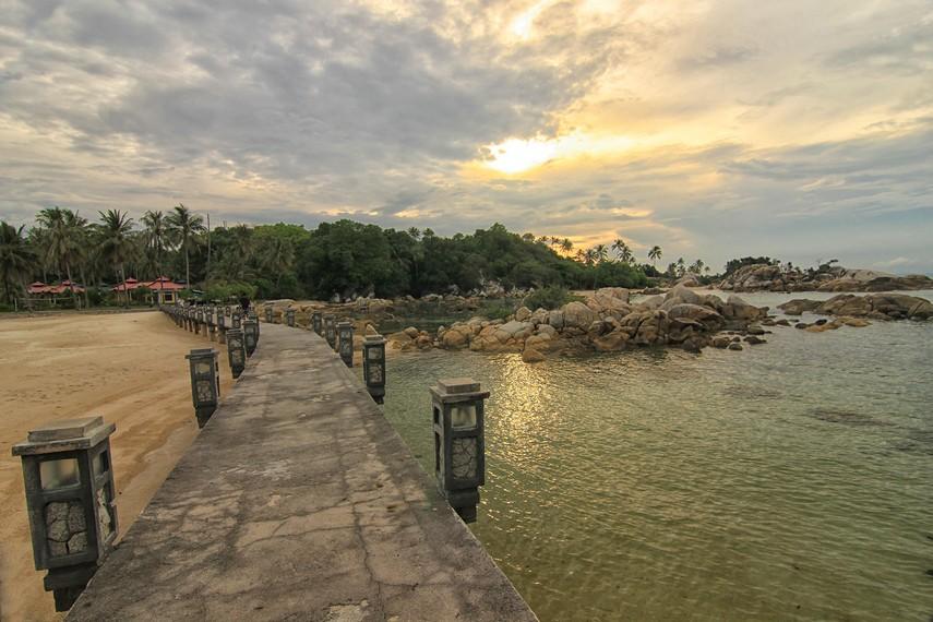 Saat terbaik mengunjungi pantai ini adalah ketika senja sambil memandangi matahari tenggelam