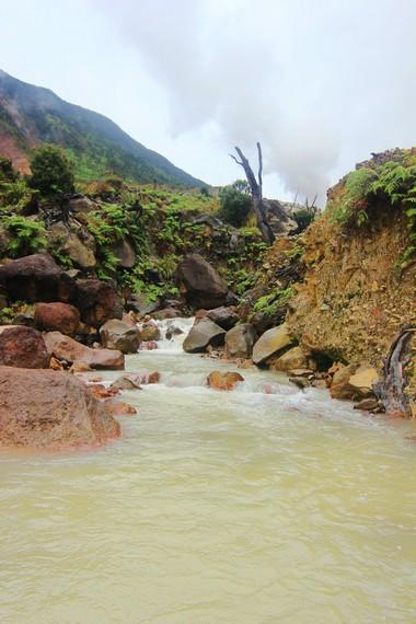 Salah satu aliran sungai yang terdapat di Kawah Papandayan menjadi pemandangan saat pengunjung berada di kawah ini