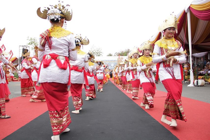 Siger pengunten, salah satu tari tradisional Lampung yang ikut memeriahkan Festival Krakatau