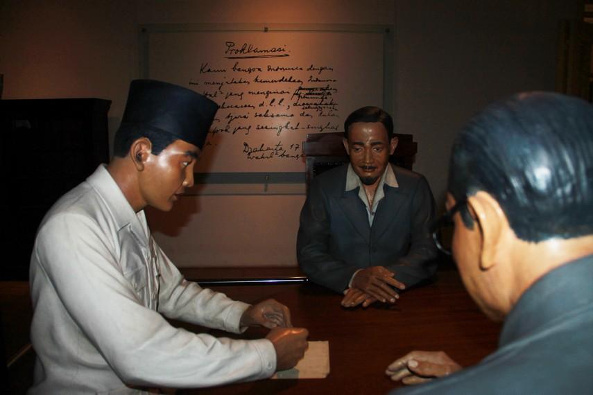 Sukarno menandatangi secarik kertas yang berisi proklamasi kemerdekaan RI