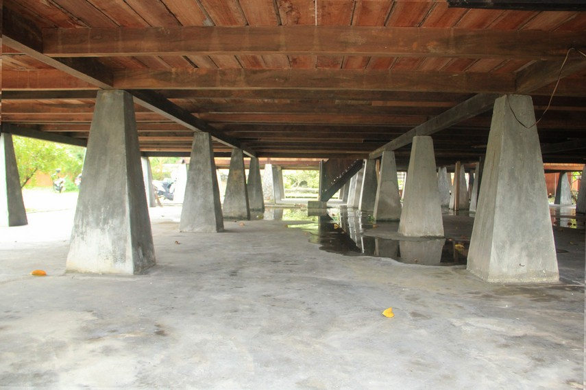 Tiang-tiang yang menopang bangunan rumah adat Belitung