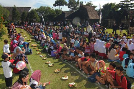 Ritual sedekah kue dipusatkan di alun-alun Kampung Budaya Sindang Barang