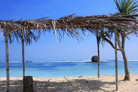 Berugak yang dibangun hanya dengan alang-alang menjadi tempat berteduh di Pantai Seger