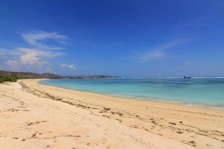 Pasir panjang yang membentang menjadi salah satu daya tarik wisatawan untuk berkunjung ke Pantai Seger