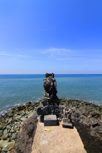 Pura Batu Bolong dibangun di atas karang yang langsung menghadap laut