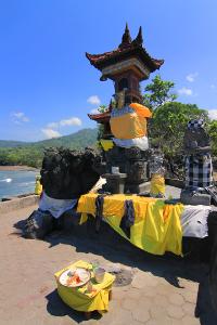 Pura Batu Bolong dibangun oleh Danynang Dwi Jenre, tokoh agama Hindu dari Jawa