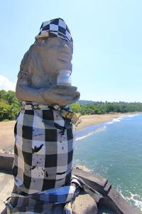 Salah satu arca yang menjaga Pura Batu Bolong