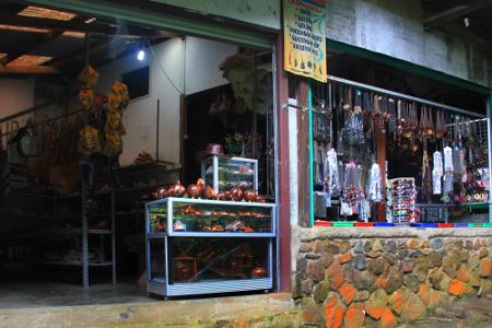 Terdapat toko oleh-oleh untuk memanjakan para pengunjung berburu suvenir