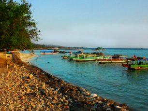 Berakhir Pekan di Pantai Pasir Putih Lampung