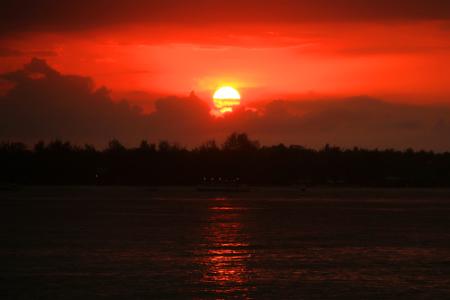 1486_thumb_Menyaksikan_matahari_terbenam_menjadi_menu_utama_di_Gili_Meno_bagian_Barat.jpg
