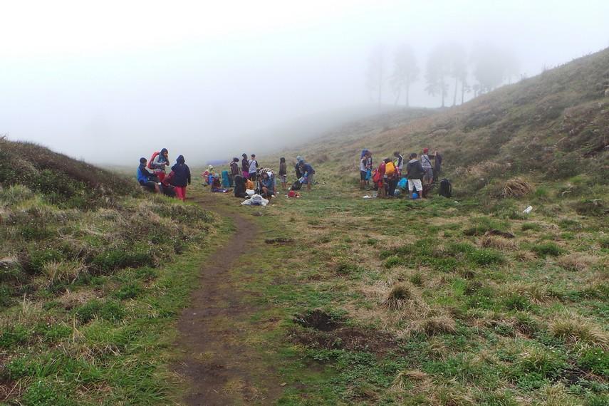 Bukit Teletubbies menjadi salah satu tempat para pendaki untuk mendirikan camp untuk beristirahat