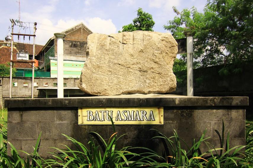 Batu Asmara merupakan pecahan meteor yang jatuh di Solo. Di Taman Balekambang, terdapat dua Batu Asmara