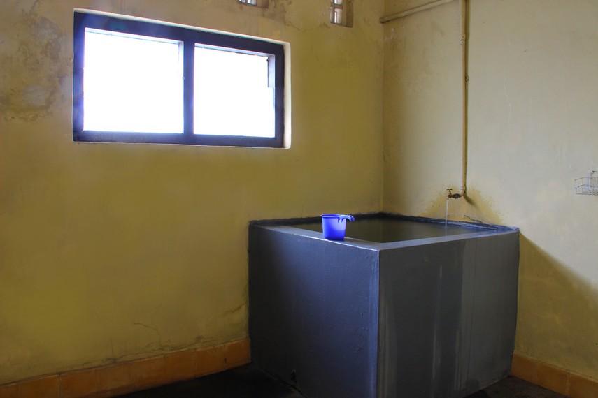 Bentuk kamar mandi yang masih dipertahankan keasliannya saat digunakan sebagai gedung perundingan