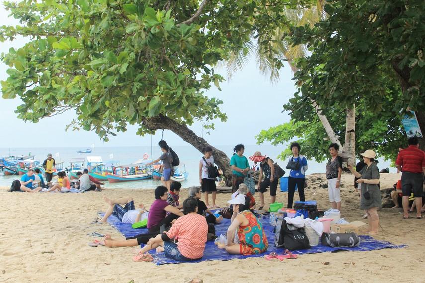 Bersantai sambil menikmati kuliner di pinggir Pulau Lengkuas menjadi salah satu aktivitas menyenangkan ketika berada disini