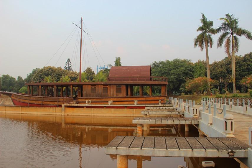 Di halaman depan Museum Keprajuritan terdapat sebuah danau dengan dua perahu yang besar di pinggir danau