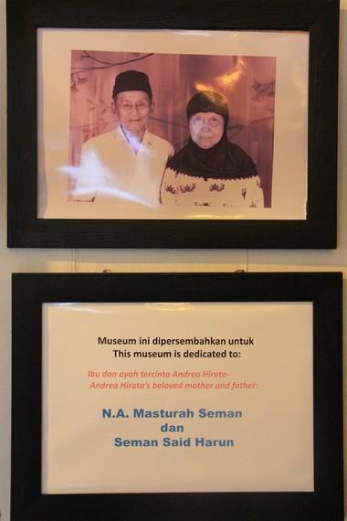 Foto kedua orangtua Andrea Hirata yang terpajang di salah satu ruang Museum Kata Andrea Hirata
