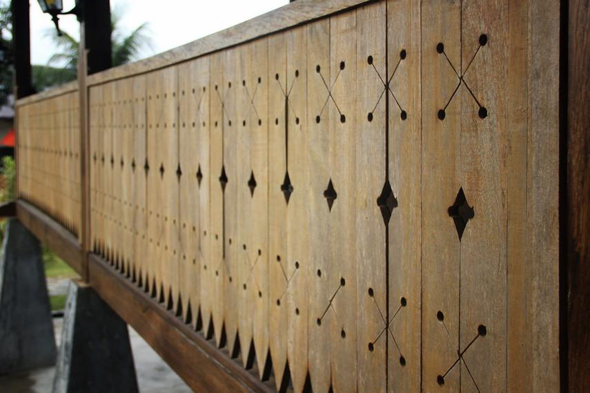 Hampir semua ornamen di rumah adat Belitung terbuat dari kayu bulin yang terkenal kuat dan tahan lama
