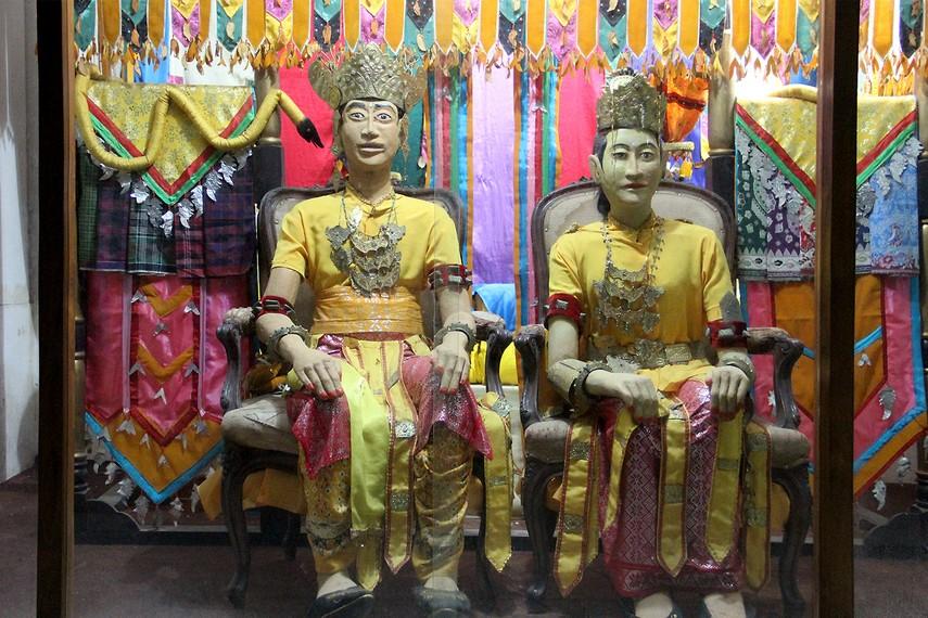 Replika busana tradisional dari Kalimantan Timur di Museum Mulawarman