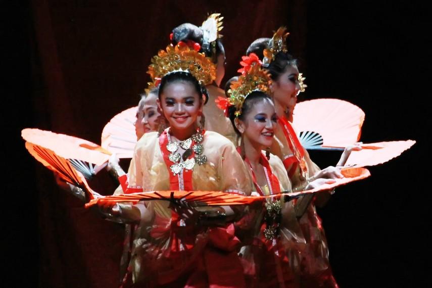 Salah satu gerakan dalam tari pakarena yang menggambarkan formasi bunga, melambangakan kecantikan perempuan Bugis