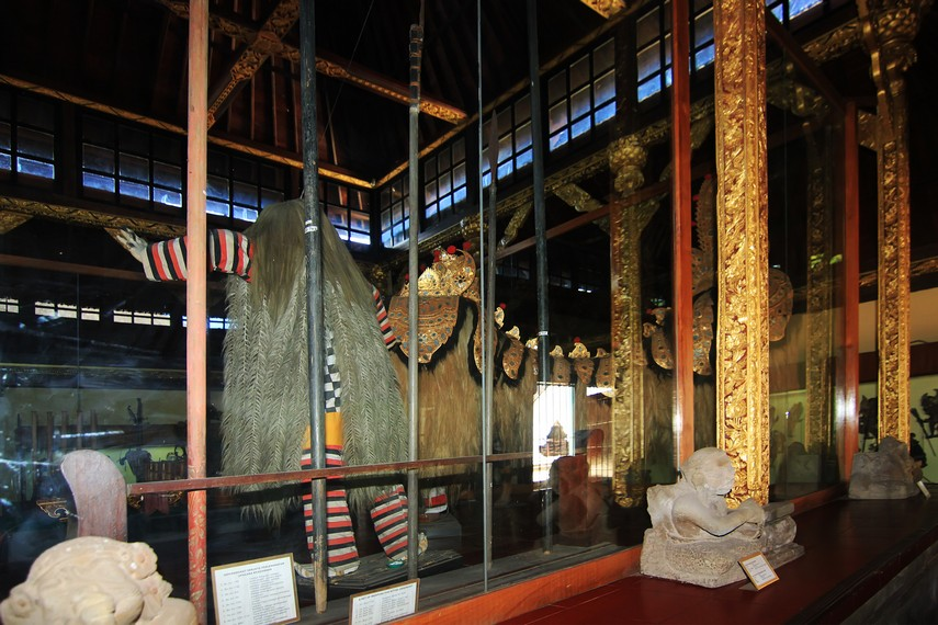 Di tengah ruang pameran Gedung Tabanan, dipamerkan rangda dan barong yang merupakan perangkat upacara sakral