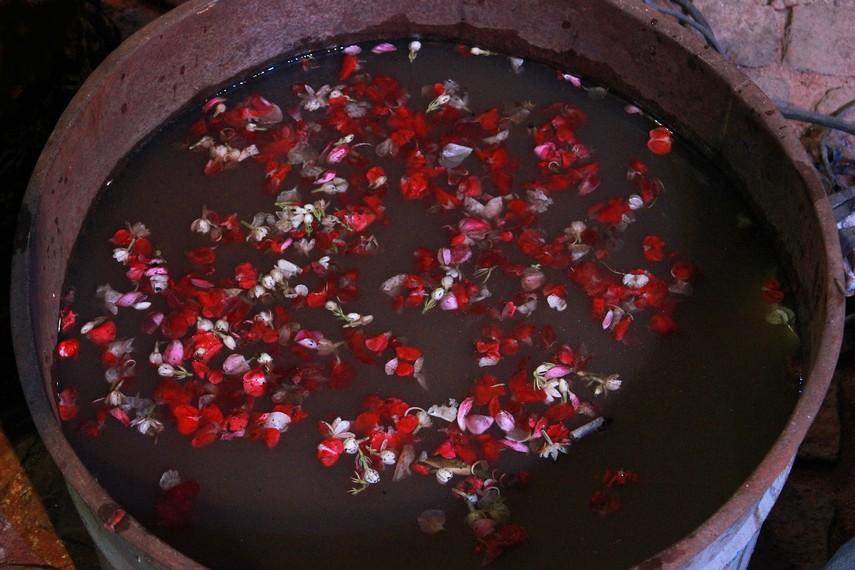 Beberapa pengrajin masih menggunakan air kembang sebagai rendaman alat musik gamelan yang baru dicetak