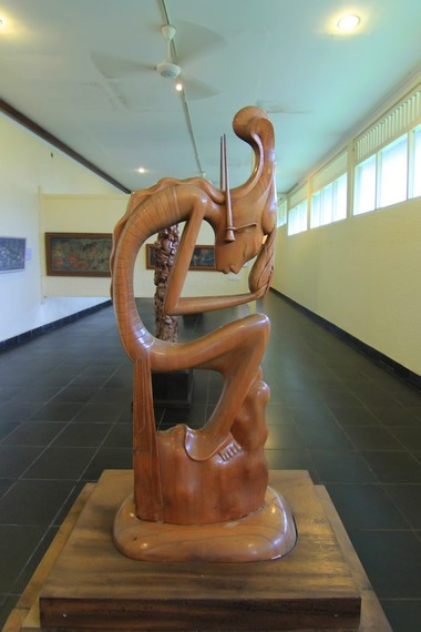Selain mengoleksi berbagai lukisan, museum ini juga memiliki sejumlah koleksi lain, seperti patung ukiran kayu