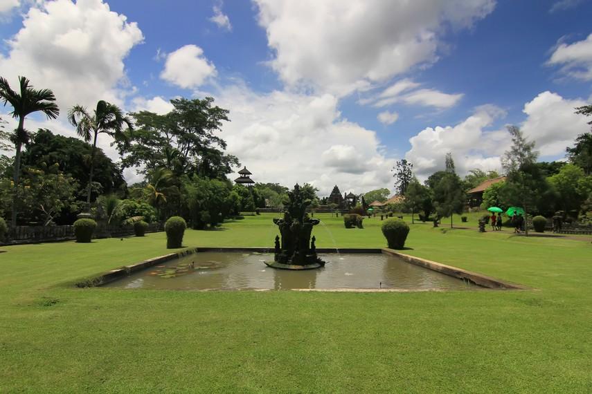 Keasrian kompleks Pura Taman Ayun membuatnya tidak saja menjadi rumah peribadatan, tetapi juga daya tarik wisata di Mengwi