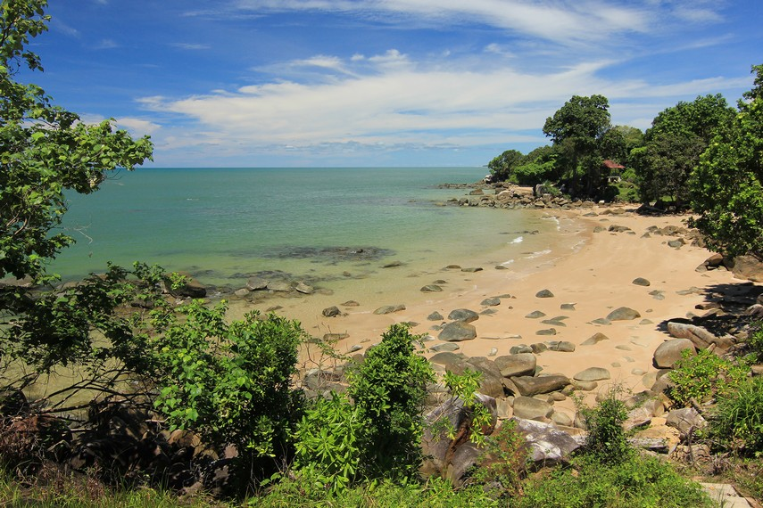 Pemandangan indahnya Pantai Tanjung Batu dari atas bukit yang berada di sekitar pantai ini
