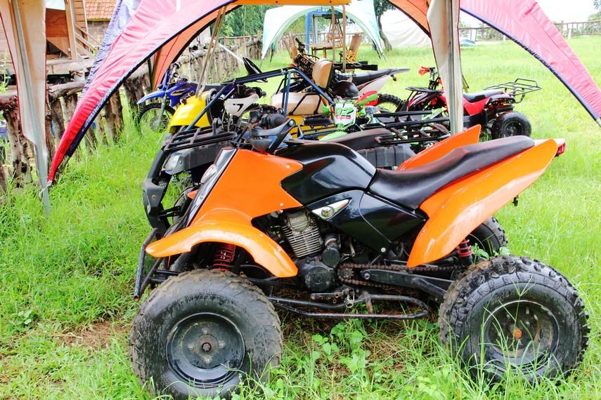Pihak pengelola menyediakan kendaraan ATV untuk pengunjung yang ingin berkeliling Komplek De Wisdom