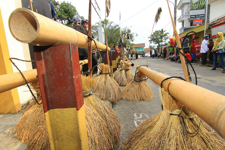 Rengkong-rengkong tengah dipersiapkan untuk diarak dalam tradisi helaran dongdang