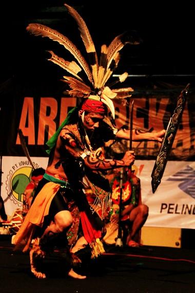 Topi burung tingang menjadi perlengkapan yang penting, simbol kehadiran para leluhur