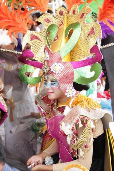 Warna-warni busana yang dikenakan para penari membuat Festival Krakatau terasa meriah