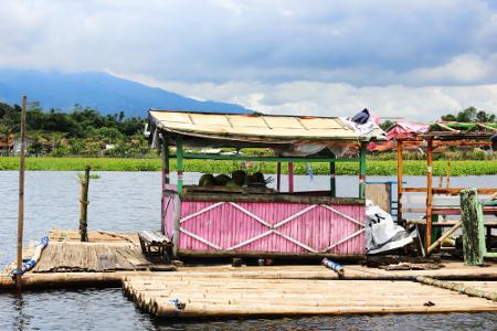 Terdapat warung terapung yang berada tepat di tengah danau