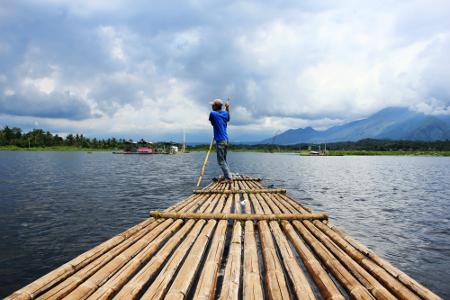 Rakit bambu yang terdapat di danau masih digerakkan dengan cara tradisional