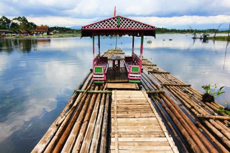Pengunjung dapat menyewa rakit untuk berkeliling ke area tengah danau