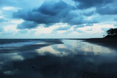 Luasnya hamparan pasir di Pantai Cijulang menjadi pemandangan yang dapat menentramkan suasana