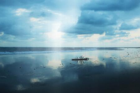 Memandangi laut lepas dengan kesunyian suasana menjadi hal menyenangkan di Pantai Cijulang