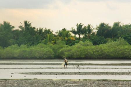 Pengunjung juga dapat melihat aktivitas nelayan sedang mencari ikan di sekitar danau
